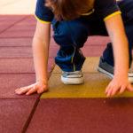 Piso emborrachado para escola: Veja quais os riscos de utilizar outros tipos de pisos